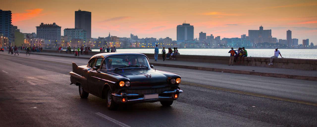 Oldtimer met Havana op de achtergrond