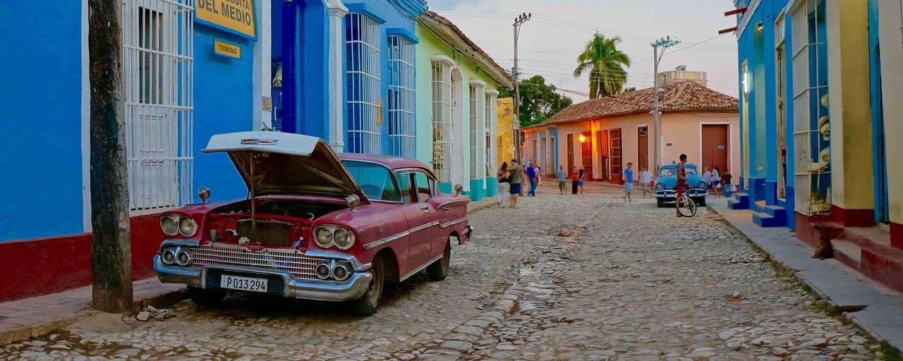 Kleurijke straat met oldtimers