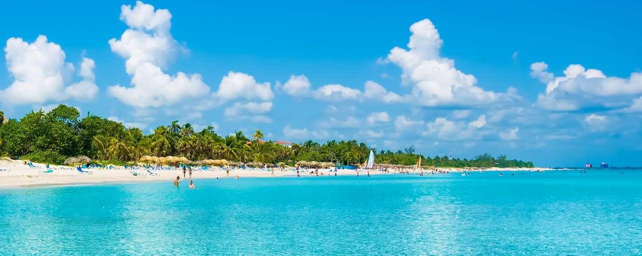 Strand met lichtblauw zeewater